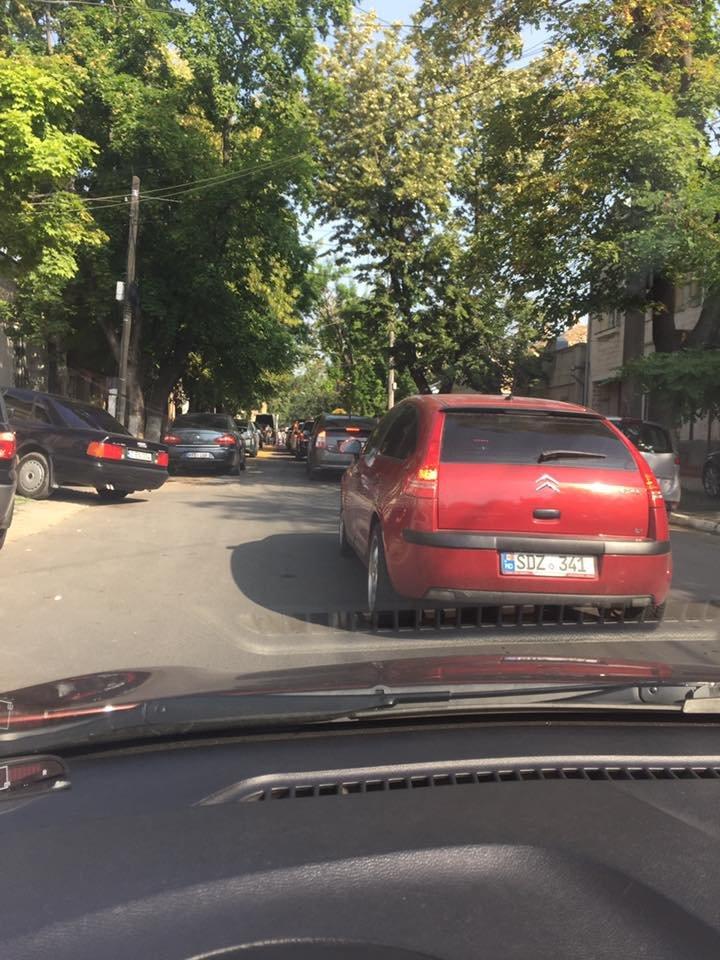 Сотни машин застряли в пробках из-за ремонта на улице Букурешть: видео