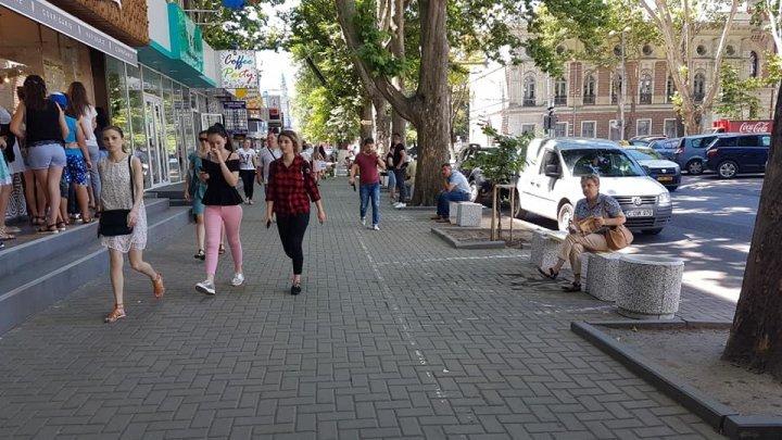 В центре столицы вместо припаркованных автомобилей появились скамейки: фото