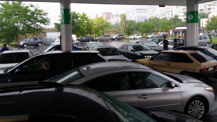 Находчивые водители спрятались от ливня под крышей столичной автозаправки