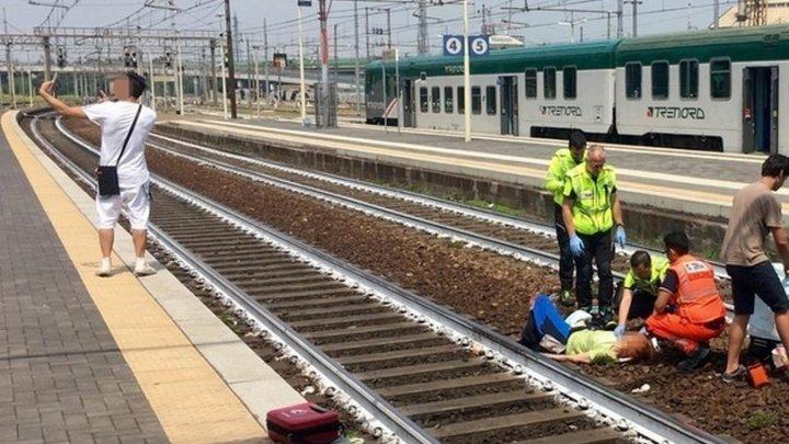 Пассажир сделал селфи на фоне 83-летней старушки, которую переехал поезд
