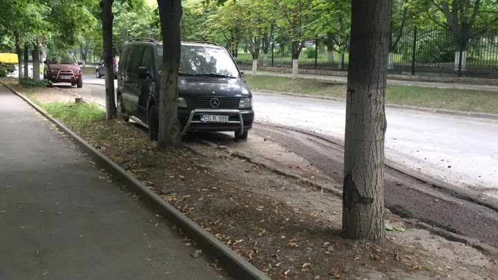 И так сойдет: рабочие вырезали асфальт вокруг припаркованной машины