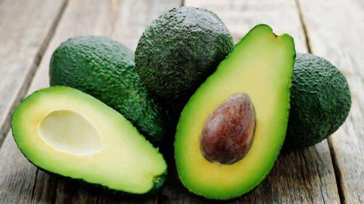 Бизнесмен из Чили заплатил за бюджетный смартфон мешками с авокадо