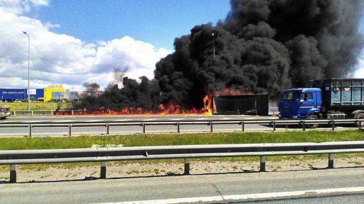 В Петербурге перевернулся и загорелся грузовик с асфальтом (видео)