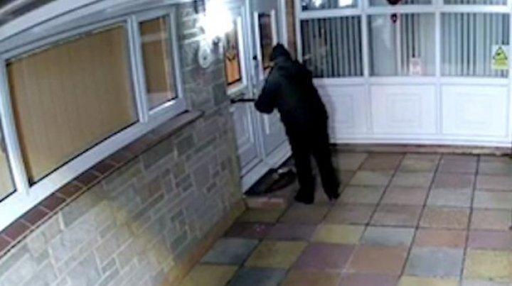 75-летний старик 2 месяца копил фекалии, чтобы залить их в почтовый ящик соседа