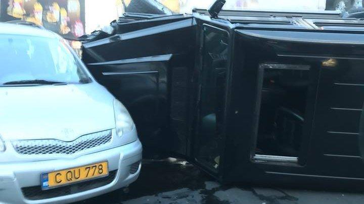 В результате ДТП на Ботанике перевернулась машина (фото)