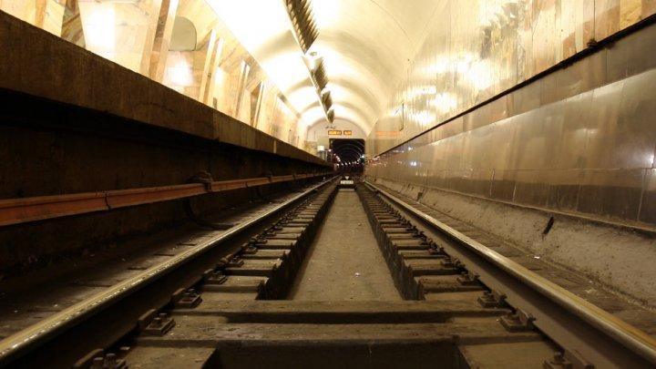 Пассажир московского метро заплатит штраф за падение на рельсы
