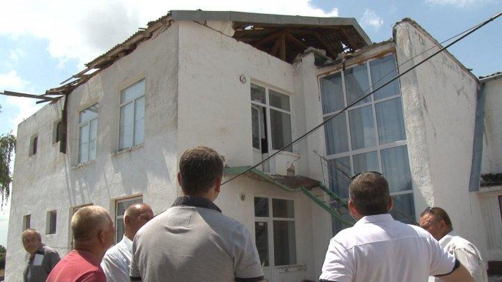 В селе Бычок молния снесла крышу местной школы