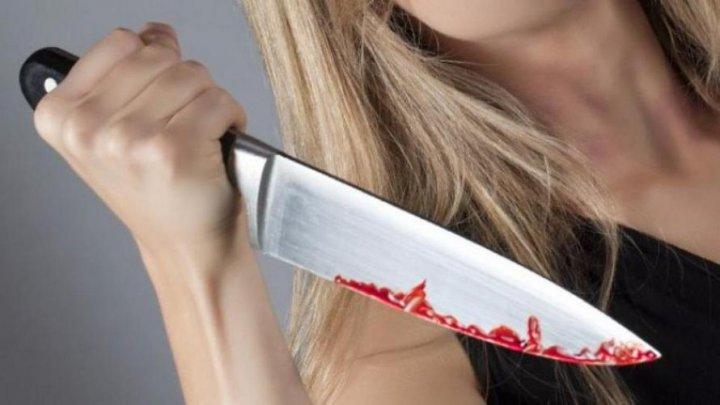 Продавщица пырнула ножом покупателя за попытку вернуть дырявый костюм