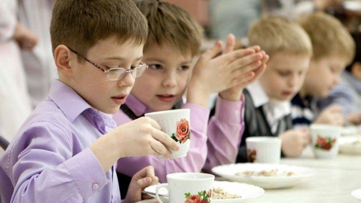 Гнилые овощи и фрукты: Стало известно, чем кормили детей в скандальной школьной столовой на Урале