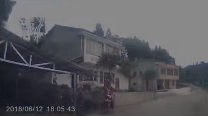 Учившаяся водить машину китаянка на глазах мужа задавила его бабушку (видео)