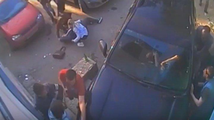 Видео: На Урале внедорожник протаранил толпу, есть раненые (18+)