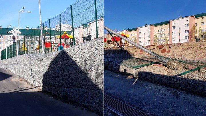 Новая детская площадка обрушилась в Ханты-Мансийске