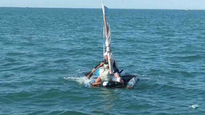 Пытавшегося доплыть до Японии на самодельной лодке россиянина взяли на абордаж