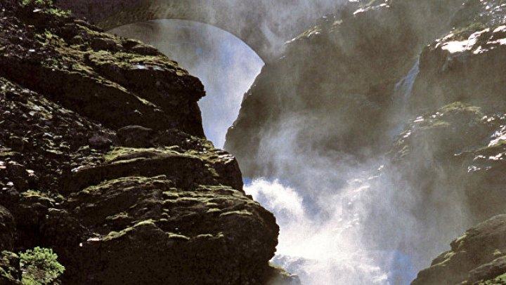 Блогер-путешественник с YouTube погиб после падения с водопада