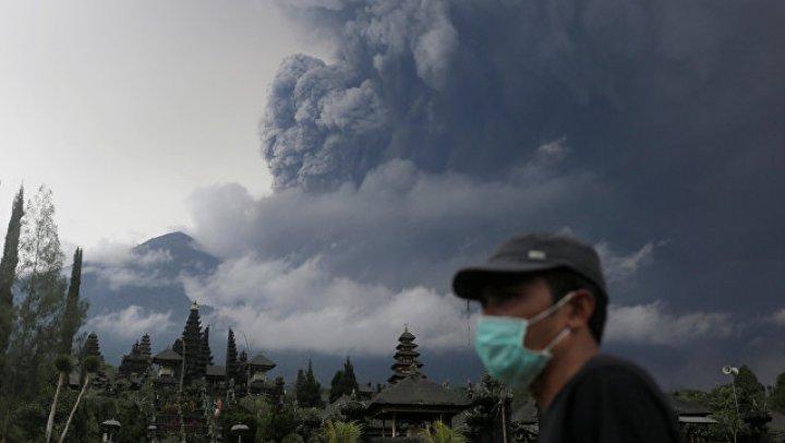 Вулкан в Индонезии снова начал извергать синюю лаву: видео