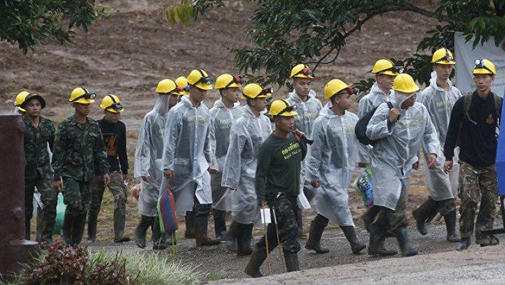 Появилось видео спасения детей из затопленной пещеры в Таиланде