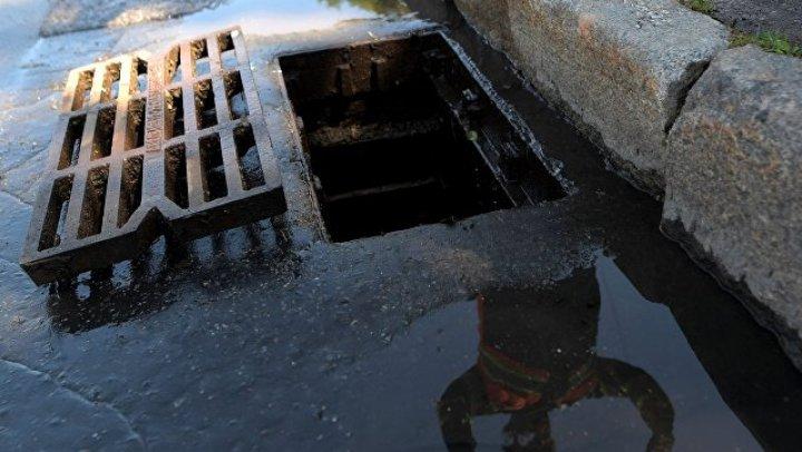 Ребёнок утонул на глазах у отца, провалившись в яму