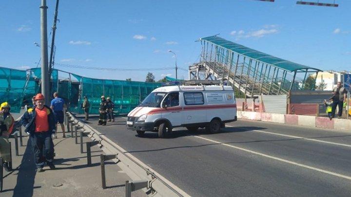 В Подмосковье грузовой автомобиль снёс пешеходный мост: фото
