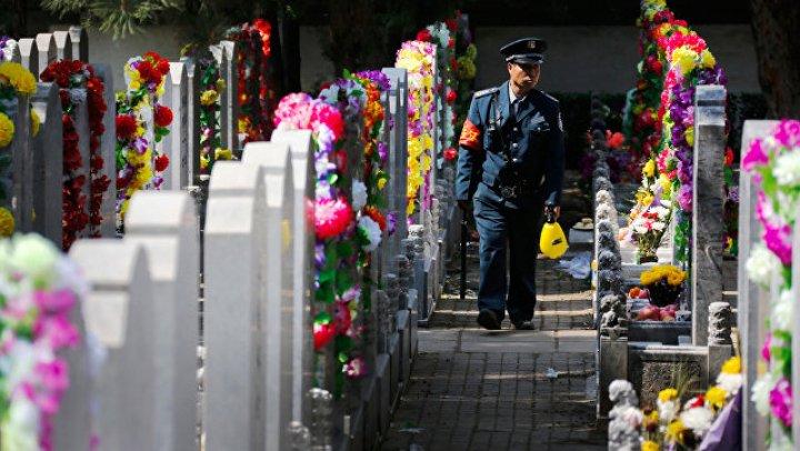 В Китае начали уничтожать гробы и запрещать похороны