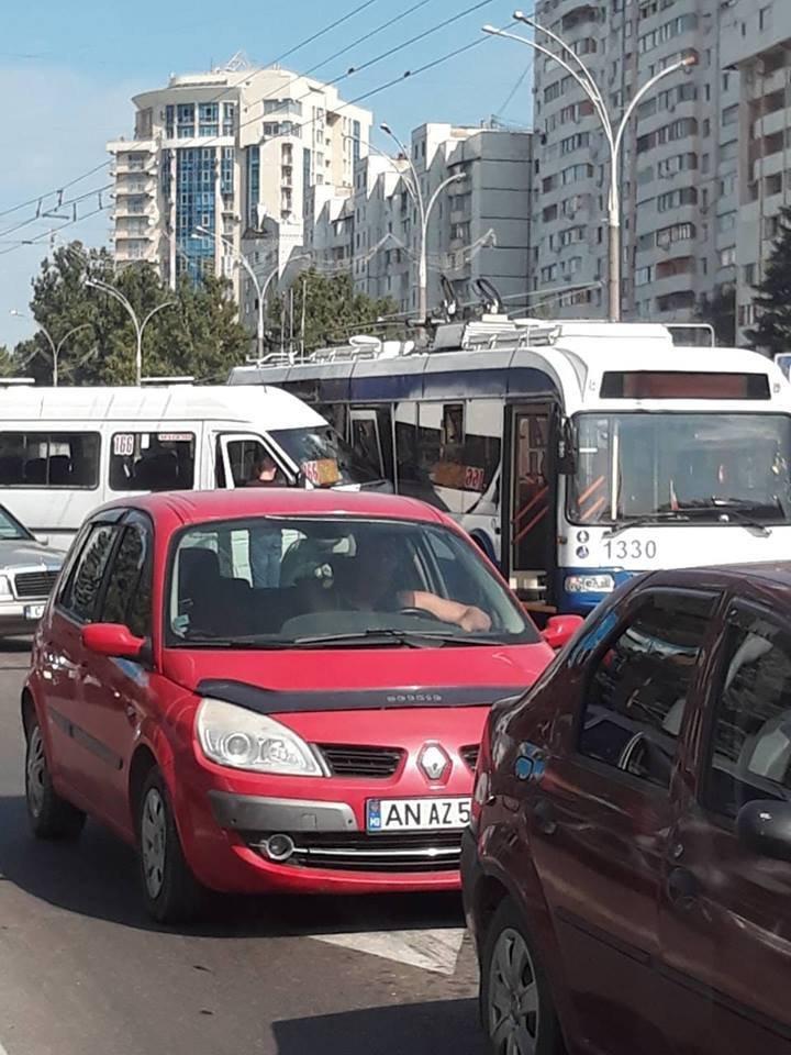 На Ботанике 166 маршрутка протаранила троллейбус: фото