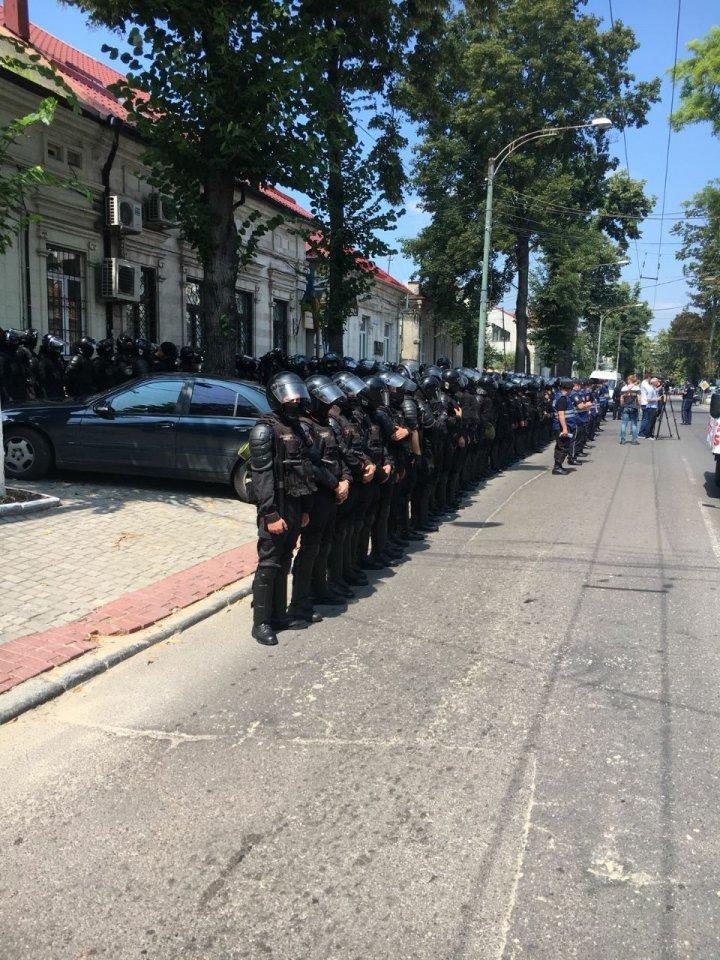 Протест на улице Матеевича: Вооружённые полицейские охраняют офис партии «Действие и солидарность» (фото)