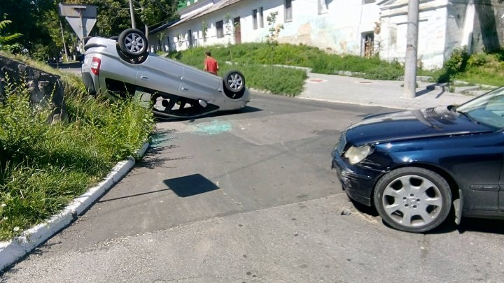 Автомобиль перевернулся в центре Кишинёва: фото