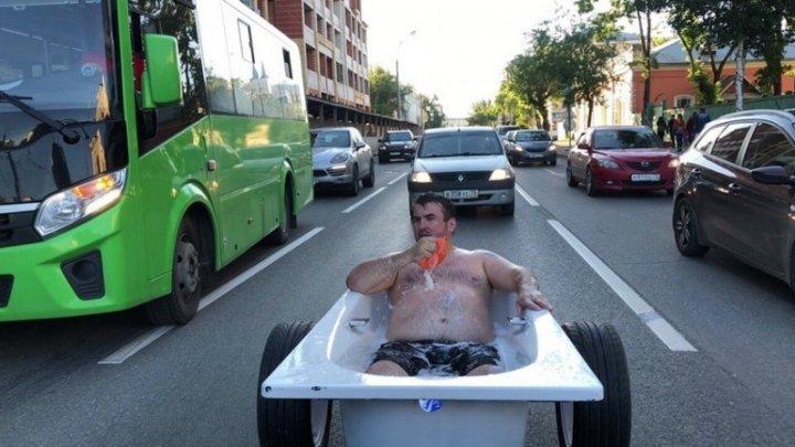 Видео: Житель Тюмени прокатился по городу в ванне