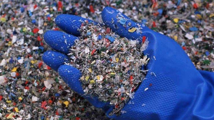 Adidas будет делать одежду из переработанного пластика