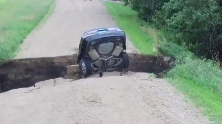 Американец провалился на машине в огромную расщелину и остался жив (видео)
