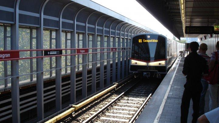 Пассажирам венского метро раздали бесплатные дезодоранты