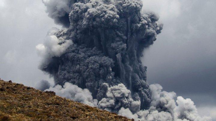 На Северных Курилах вулкан выбросил столб пепла высотой больше двух километров