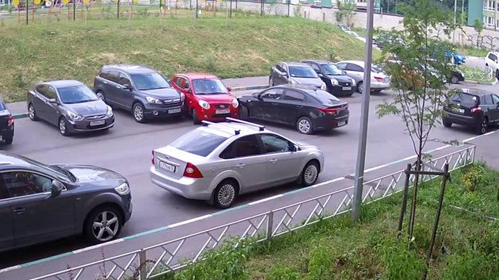В Нижнем Новгороде девушка устроила ДТП с четырьмя припаркованными авто (видео)