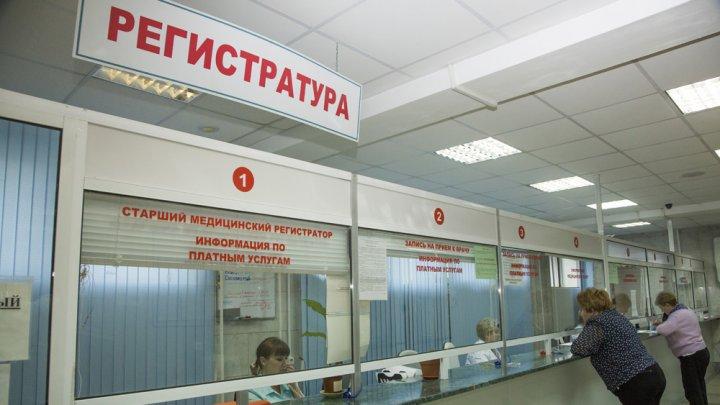 В Екатеринбурге в больнице на двухлетнюю девочку упала регистрационная стойка
