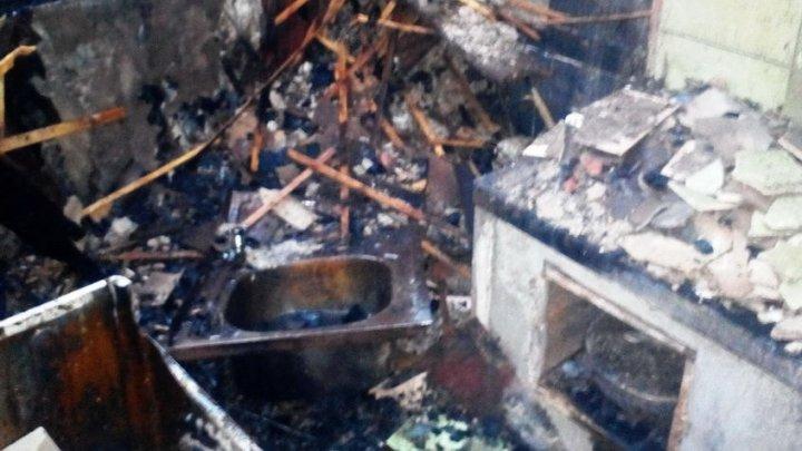 На Украине молния ударила в жилой дом и выжгла половину квартир
