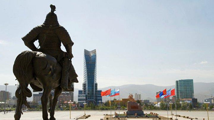 В Монголии пассажирский поезд сошел с рельсов