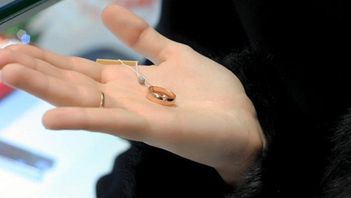 Девушка обругала жениха за слишком дешевое помолвочное кольцо
