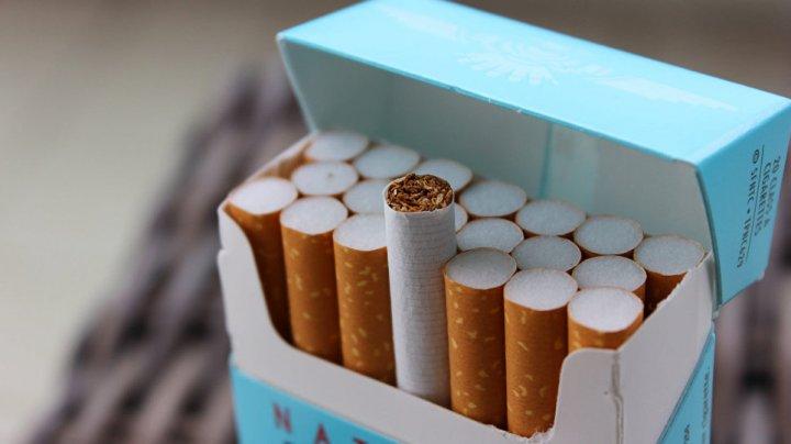 В Индонезии 2-летний мальчик выкуривает по 40 сигарет в день