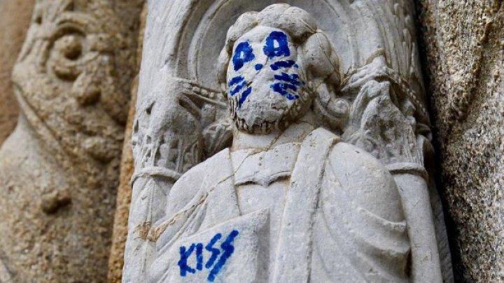 Статуе святого 12 века нарисовали кошачьи усы