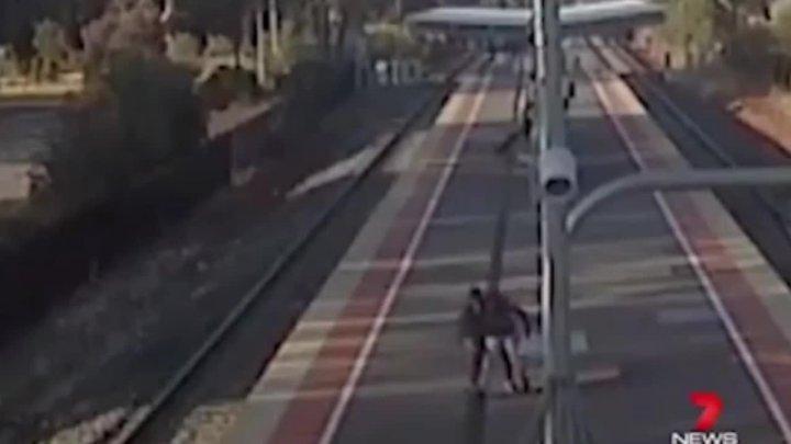Парень, толкнувший 14-летнюю подругу под поезд, избежал тюрьмы (видео)