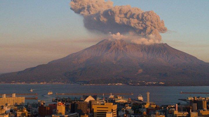 Японцев призвали готовиться к эвакуации из-за извержения вулкана
