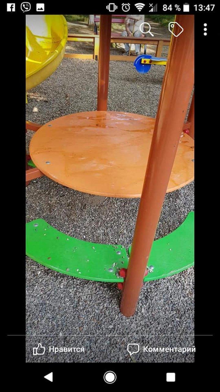 «Чтоб не шумели»: В Кишинёве детскую площадку облили маслом (фото)