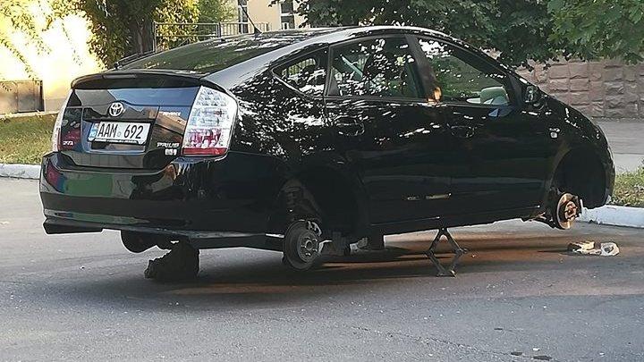 Автоворы сняли колеса с припаркованного во дворе автомобиля
