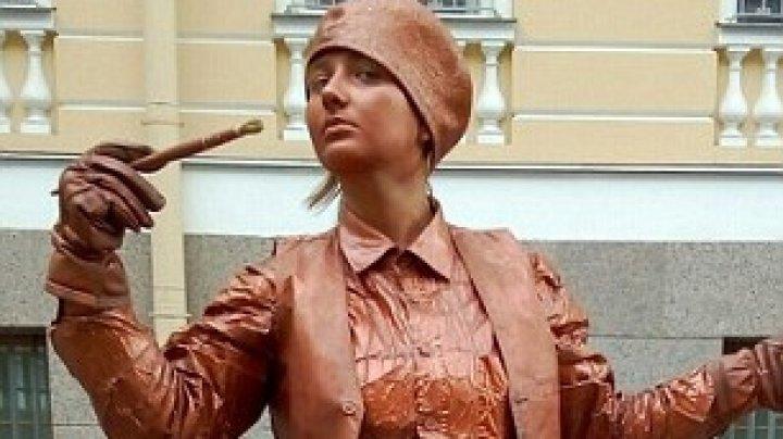 Школьница работала живой статуей, когда на нее упали доски