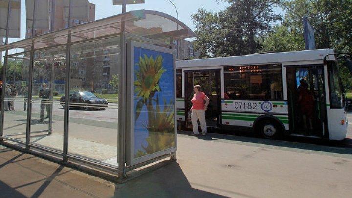 Жительница Екатеринбурга перепутала педали и влетела в автобусную остановку: видео
