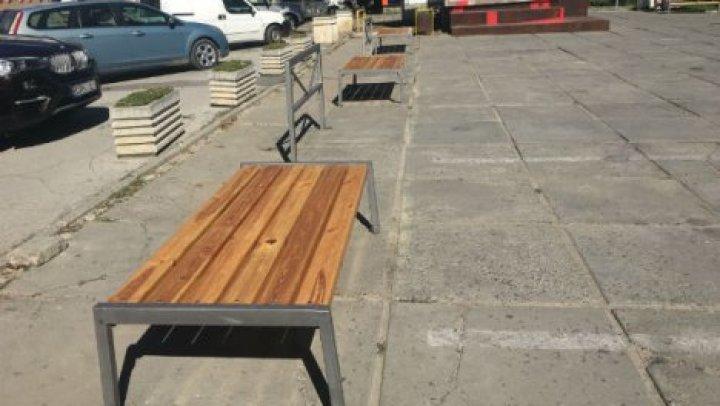 В сквере по улице Букурешть установили скамейки и урны для мусора