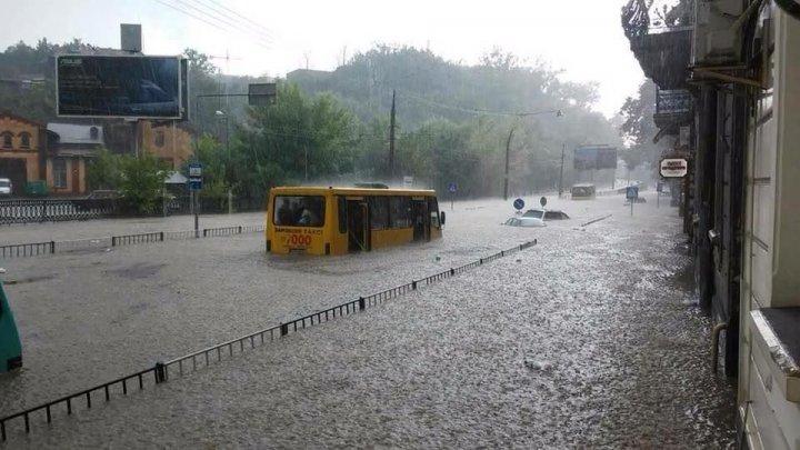 Во Львове эвакуировали 130 человек из затопленных ливнем машин: видео