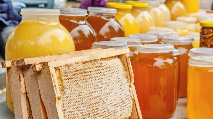 В Москве налётчики в масках вылили на пол 125 кг мёда: видео