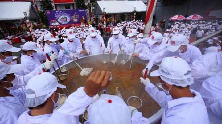 Вьетнамские повара установили рекорд, сварив полторы тонны супа фо (видео)