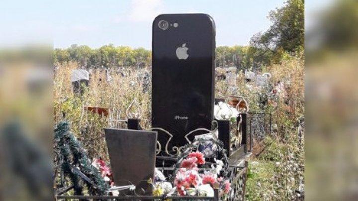 На могиле россиянки поставили памятник в виде iPhone