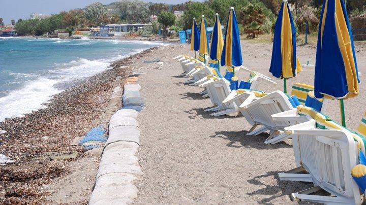 В Греции на популярном пляже обрушилась скала: видео